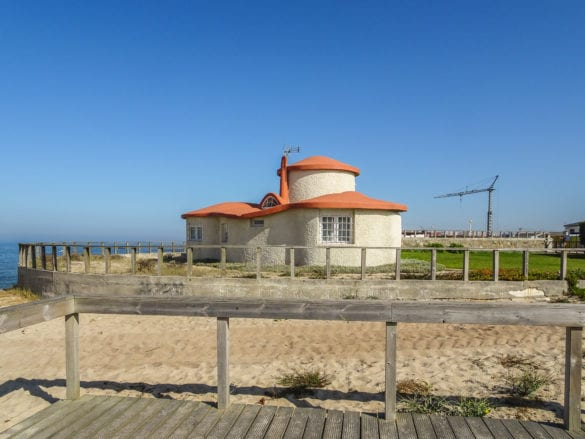 Steinhaus am Praia do Esteiro in Póvoa de Varzim am Jakobsweg Portugal